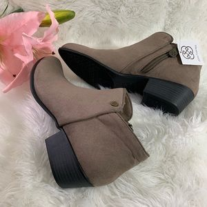 Daisy Fuentes Size 8.5 Booties Taupe Brown